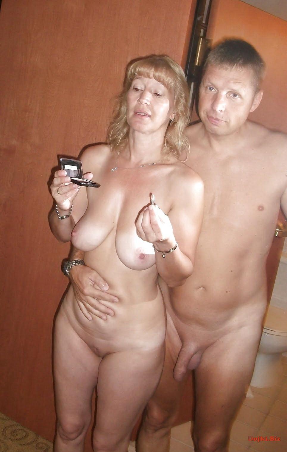 Зрелая голая пара голышём в готеле