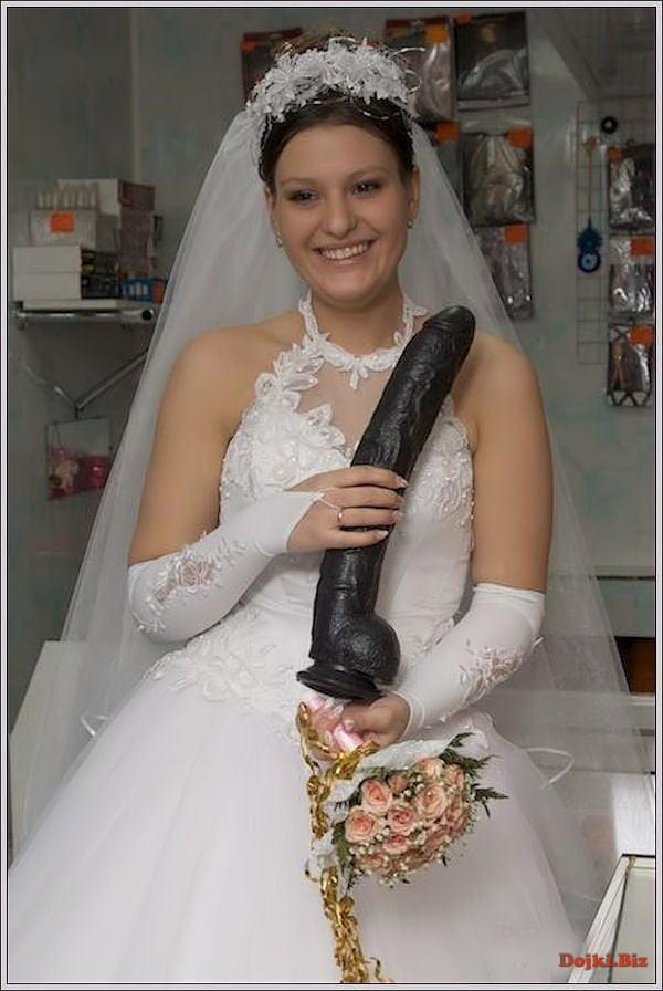 Большой черный дилдо в подарок для невесты на свадьбе