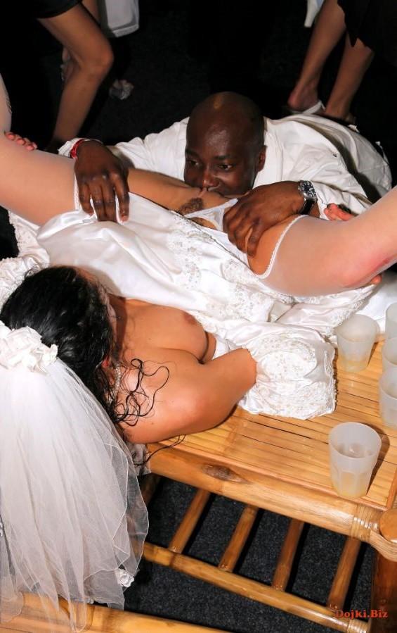 Черный дружек жениха делает куни невесте