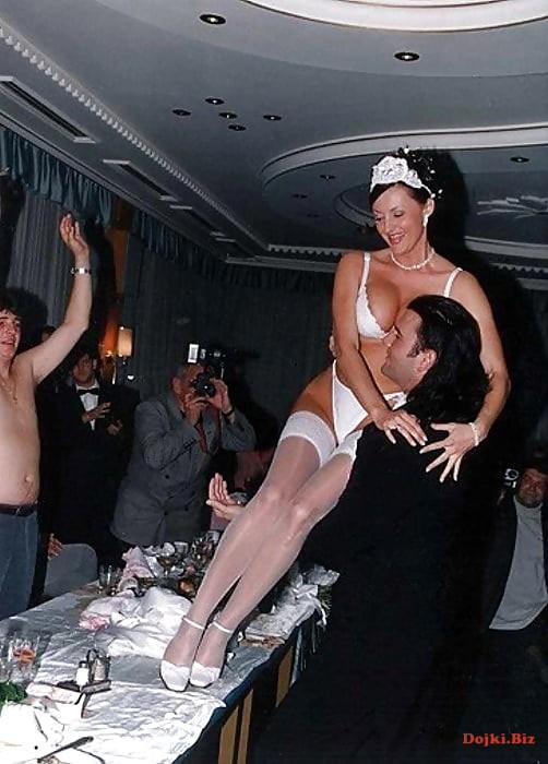 Невеста на свадьбе в нижнем белье