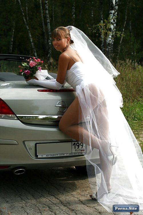 Невеста сбросила с себя платье и позирует возле свадебного авто