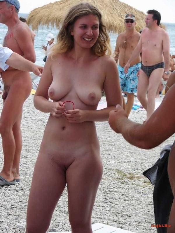 На нудистском пляже 335