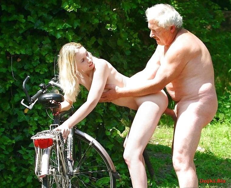 Дед раком трахает молодую велосипедистку