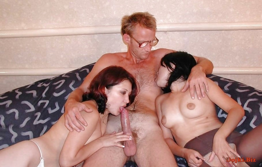 Мужик в очках и две его моложе любовницы близняшки