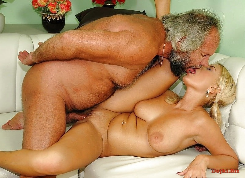 Толстый дядя трахает аппетитную блондинку