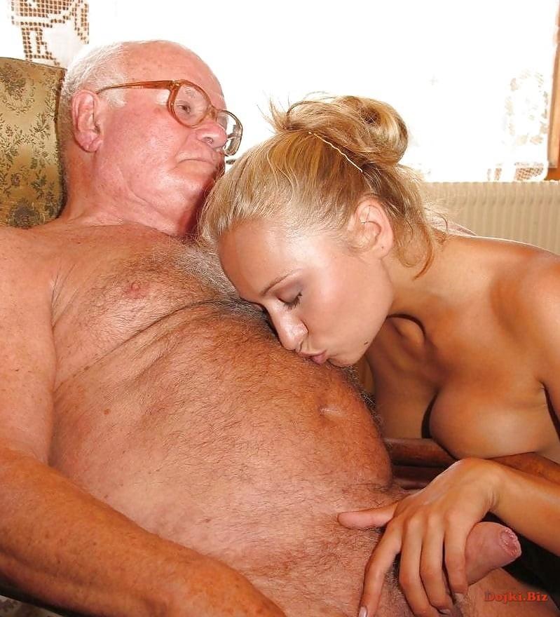 Заботливая любовница ласкает деда