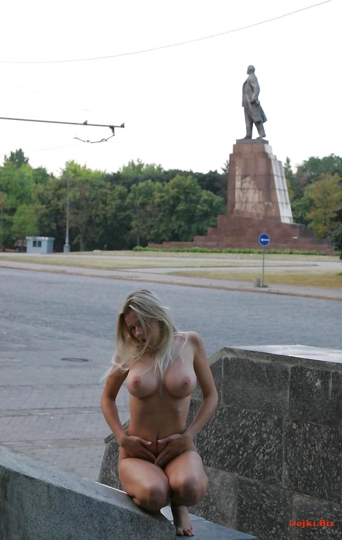 Блондинка разделась перед памятником Ленина