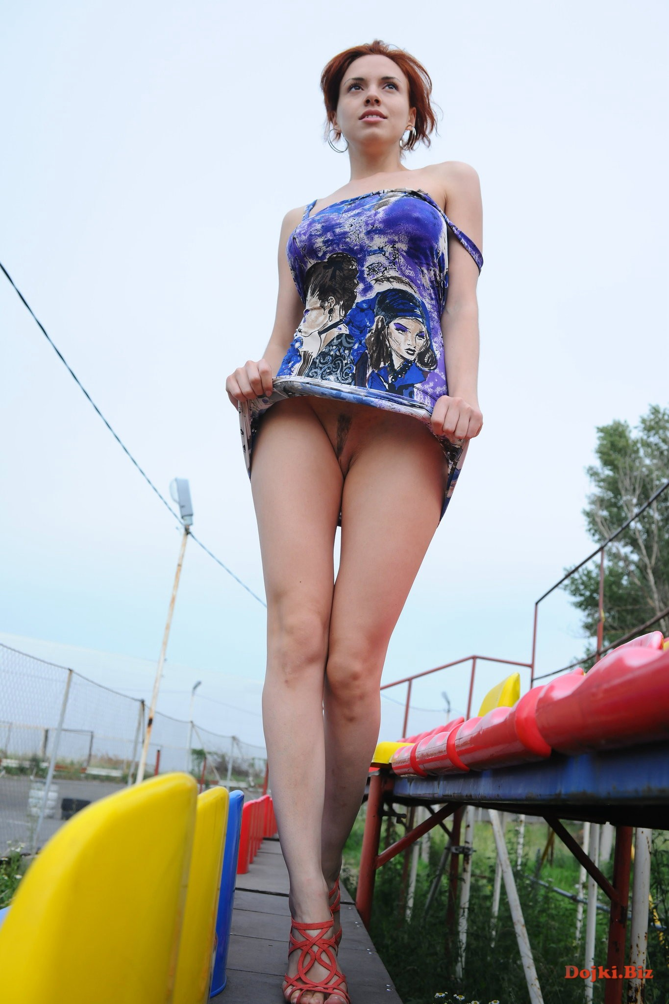 Девушка прогуливается без трусиков под платьем