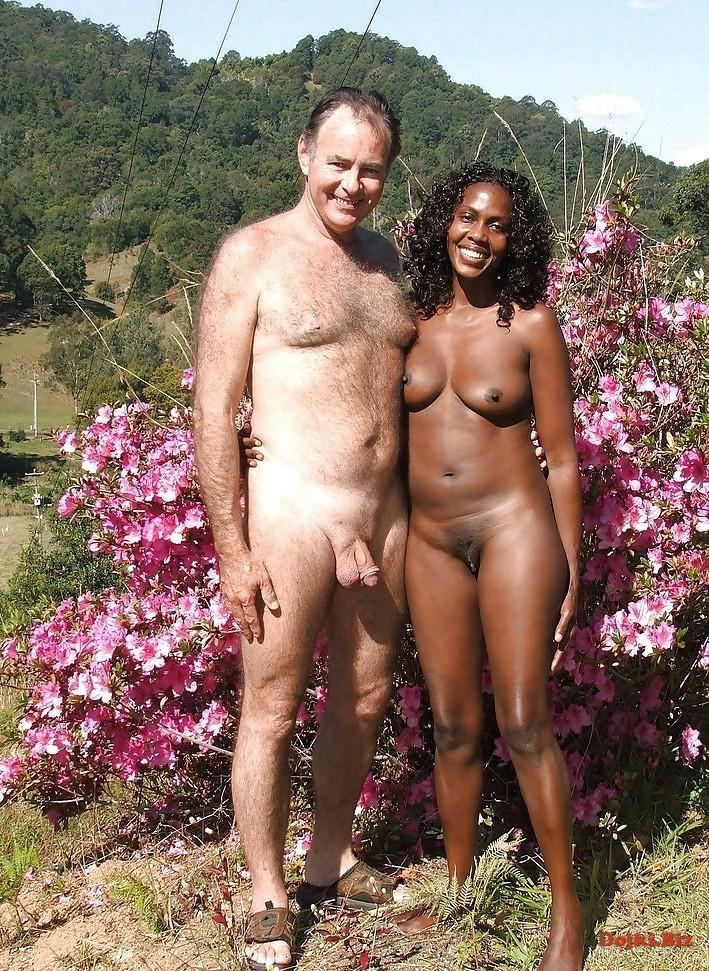 Голый мужик фоткается с темнокожей женщиной