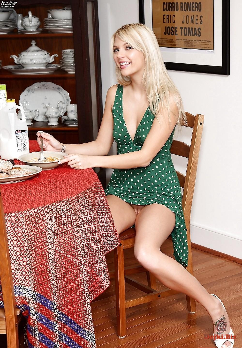 Красивая блондинка за столом без трусиков