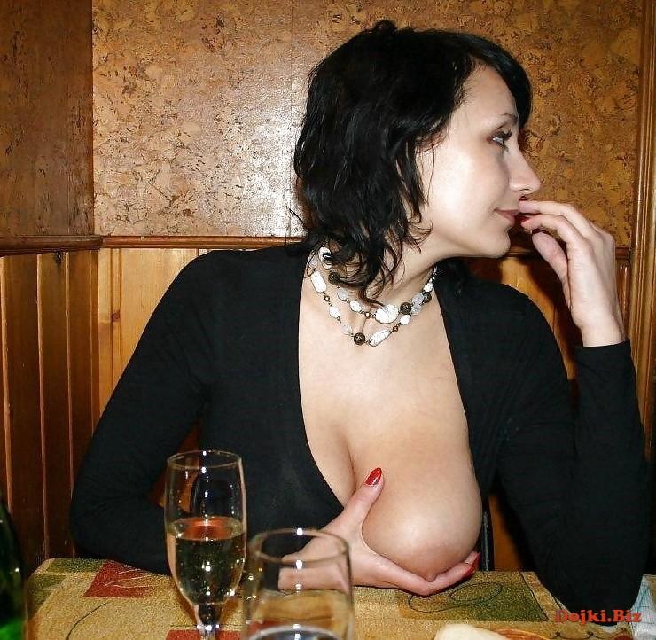 Любовница в баре показывает грудь