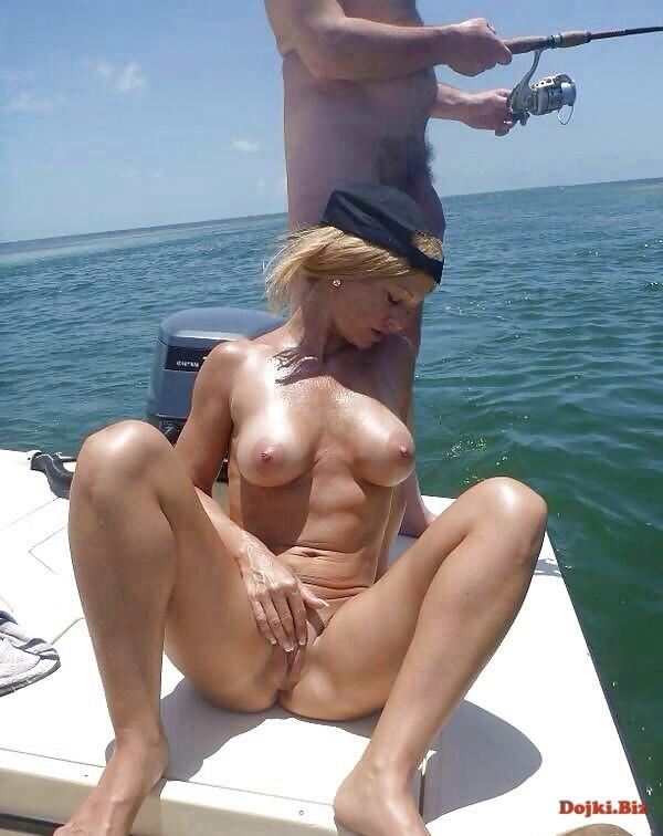 Мужик ловит рыбу а подруга мастурбирует