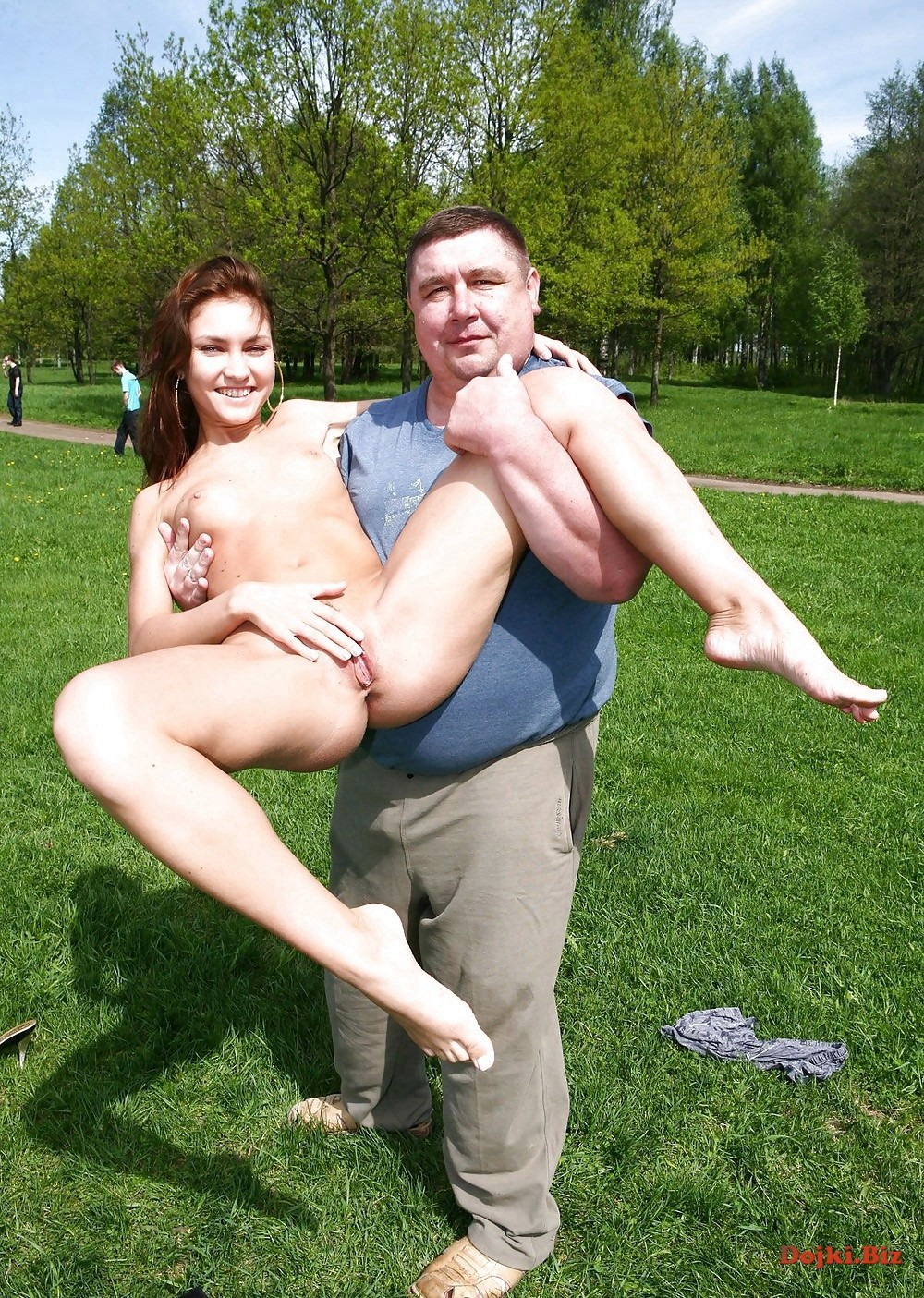 Мужик взял на руки голую деваху