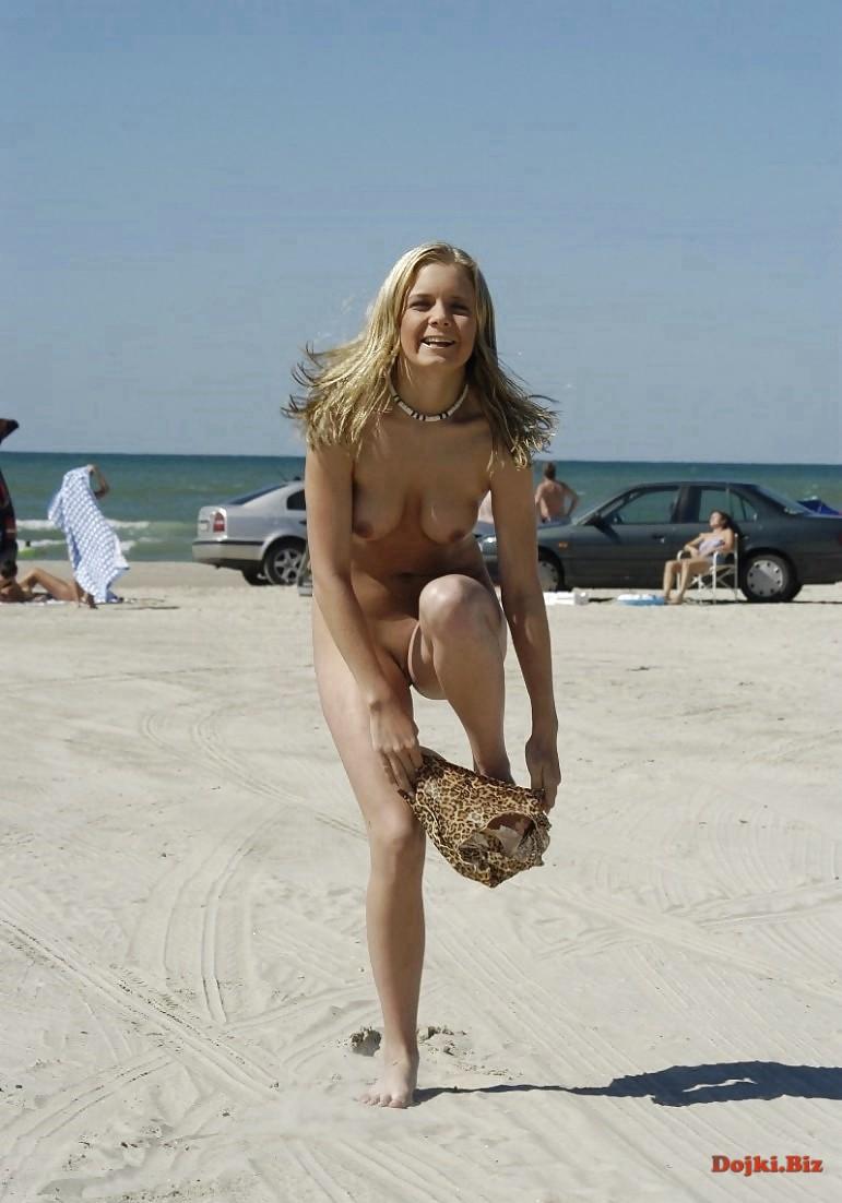 Переодевается при всех на пляже