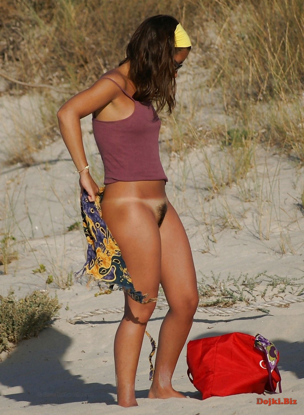 Переодеваясь на пляже засветила волосатую киску