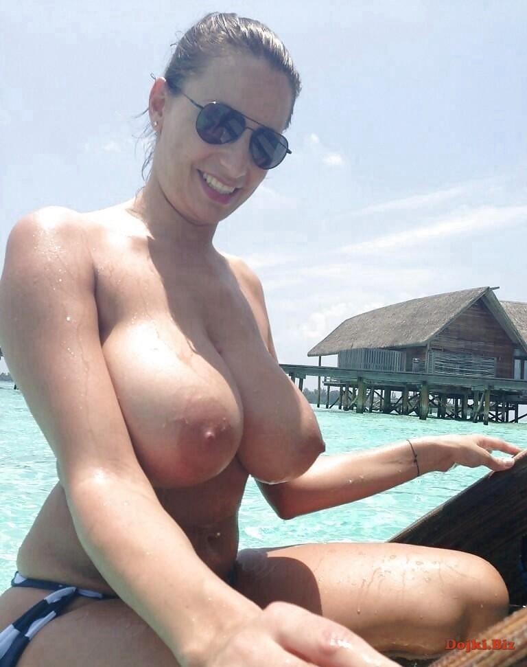 Пышногрудая на пляже