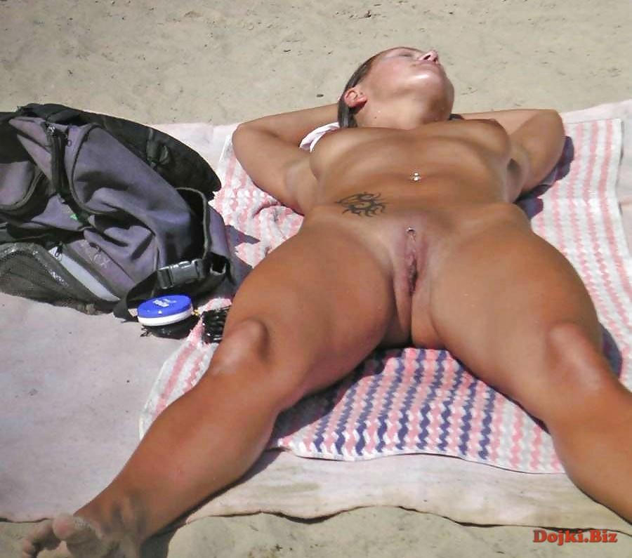 Расставила ноги на голом пляже