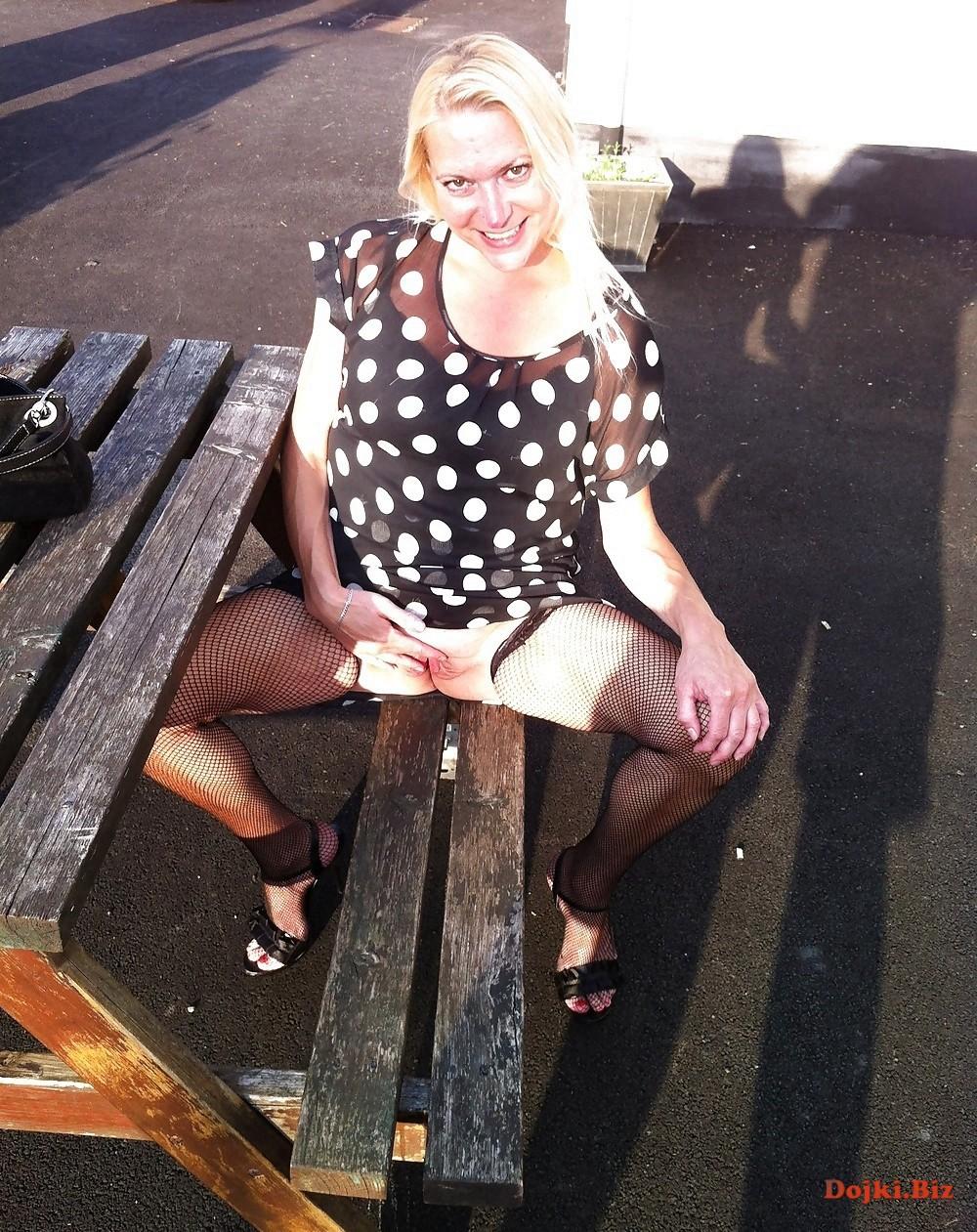 Развратная женщина раздвинула половые губки на лавочке