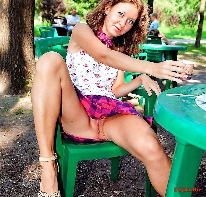 В парковом кафе показала писю