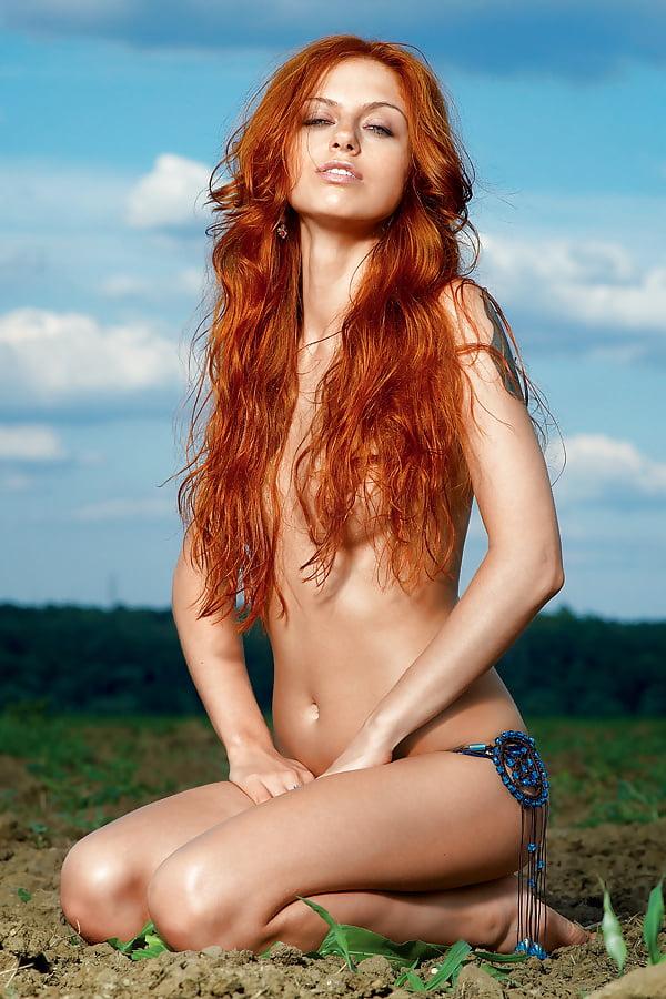 Ирина Забияка прикрыла грудь рыжыми волосами