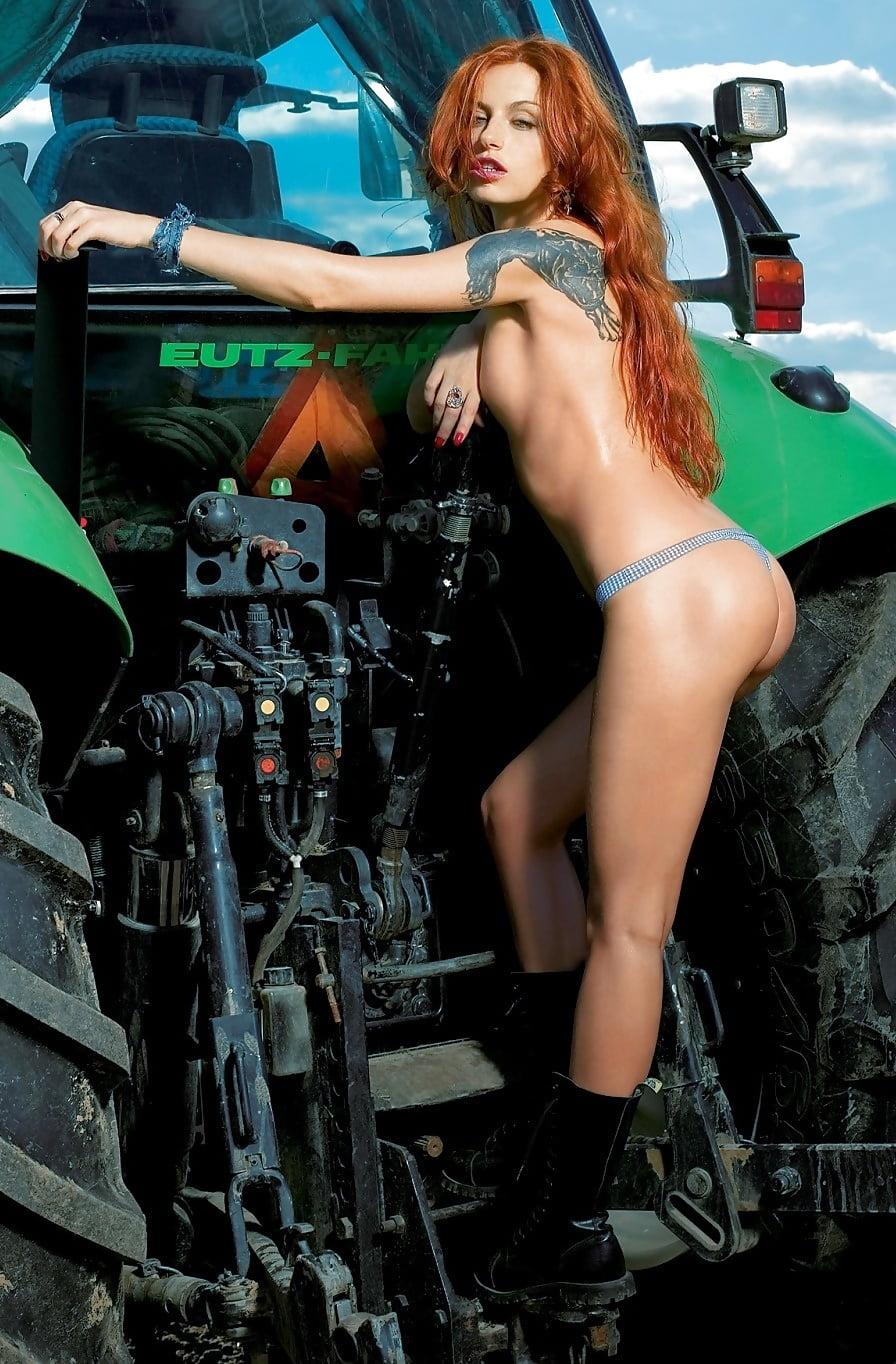Забияка Ира позирует в трусиках возле трактора