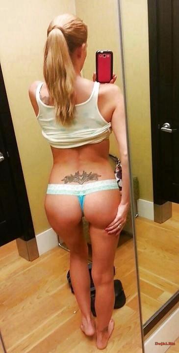 Красивая попка перед зеркалом