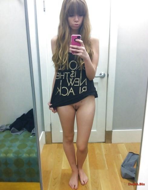Селфи молодой в задранной футболке