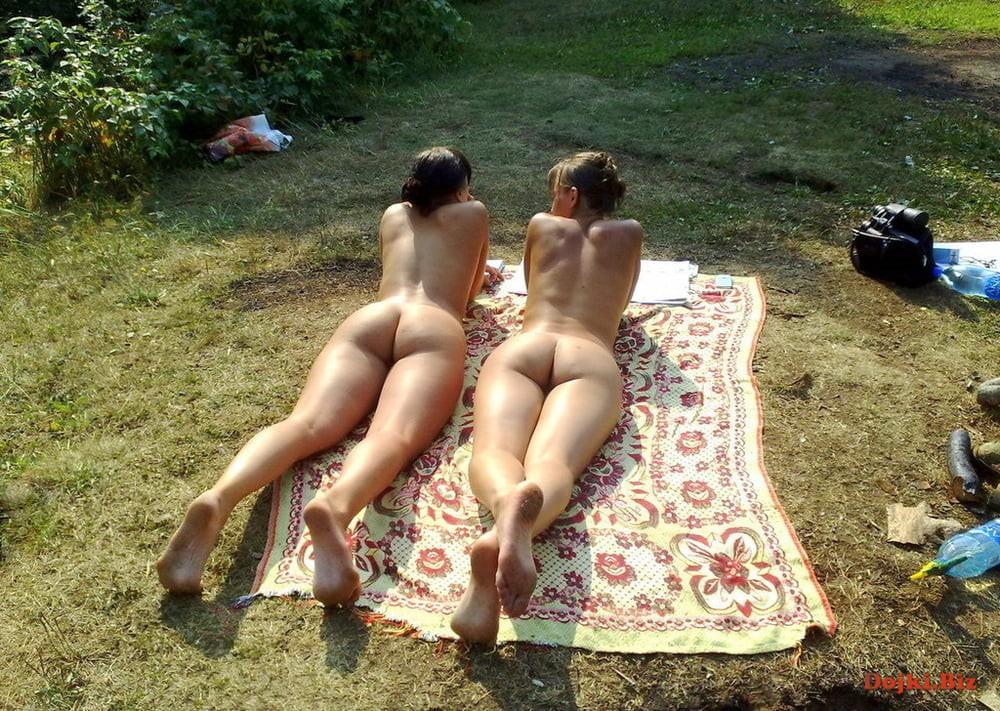 Деревенские девушки загорают на природе голышом