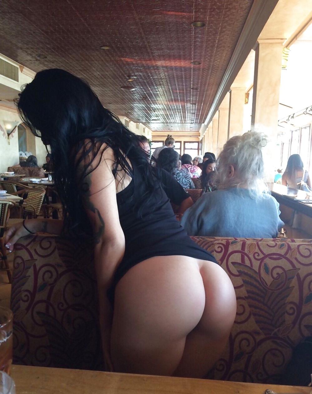 Брюнетка в баре обнажила свою красивую попку