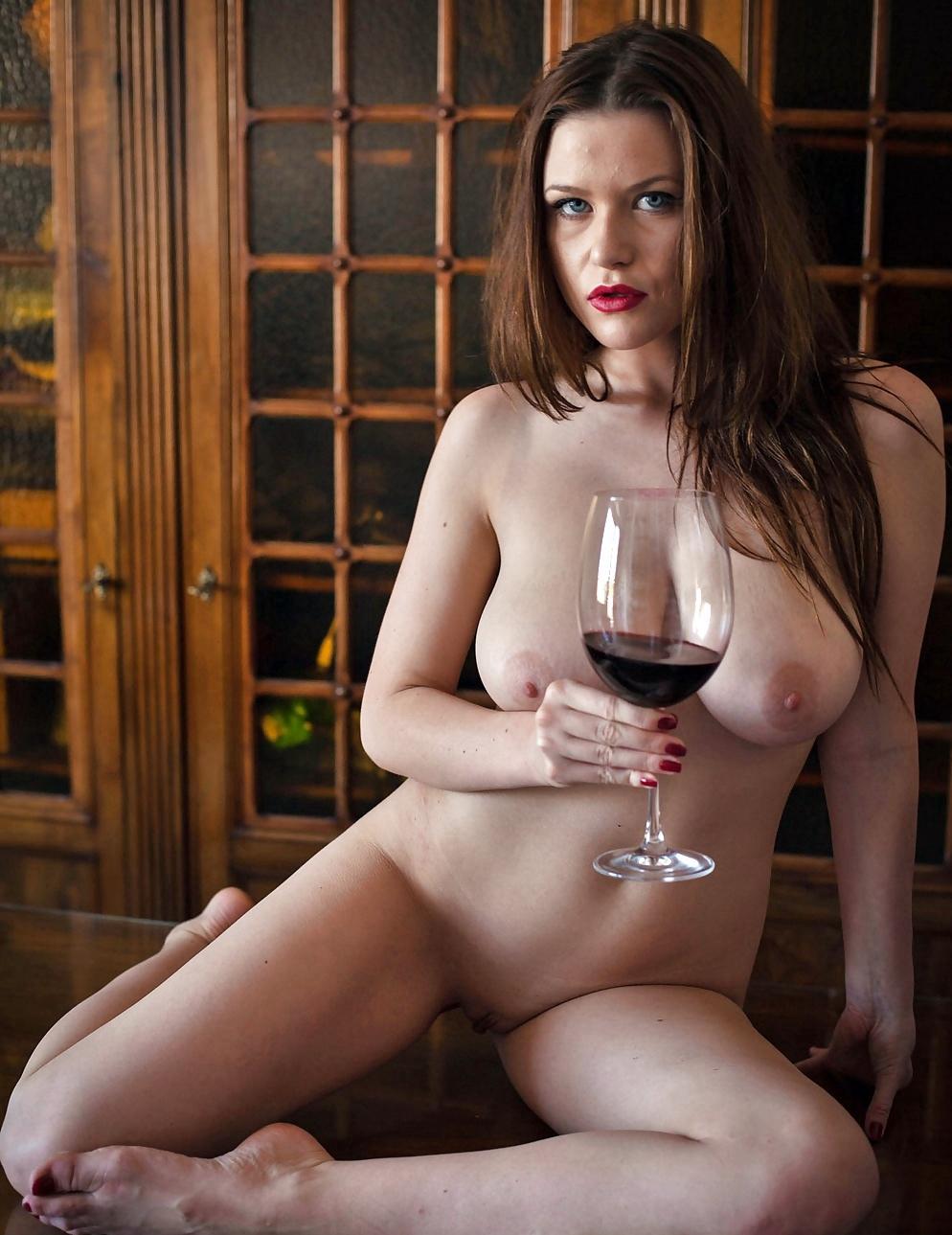 Голая с бокалом вина