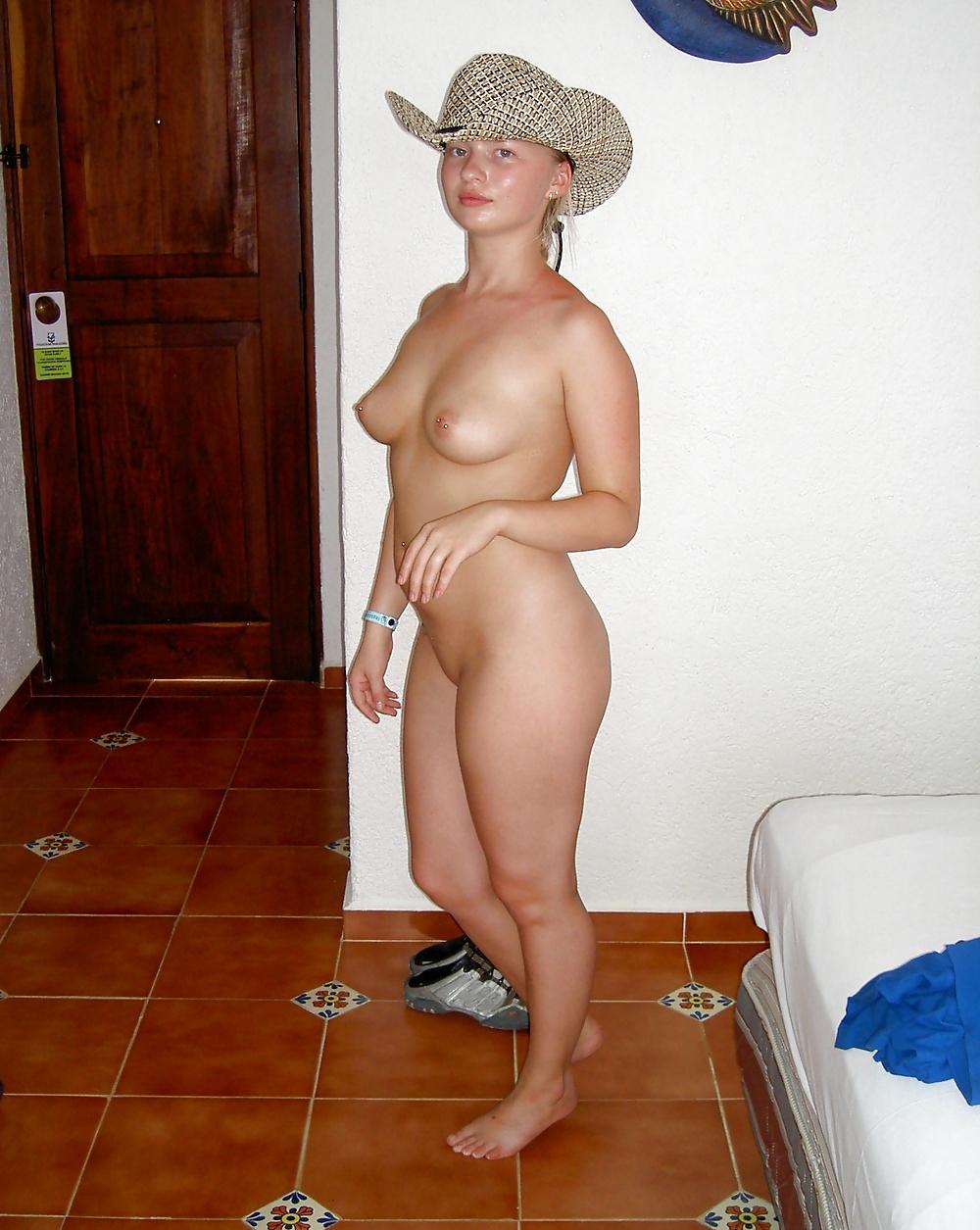 Привлекательная в одной шляпке