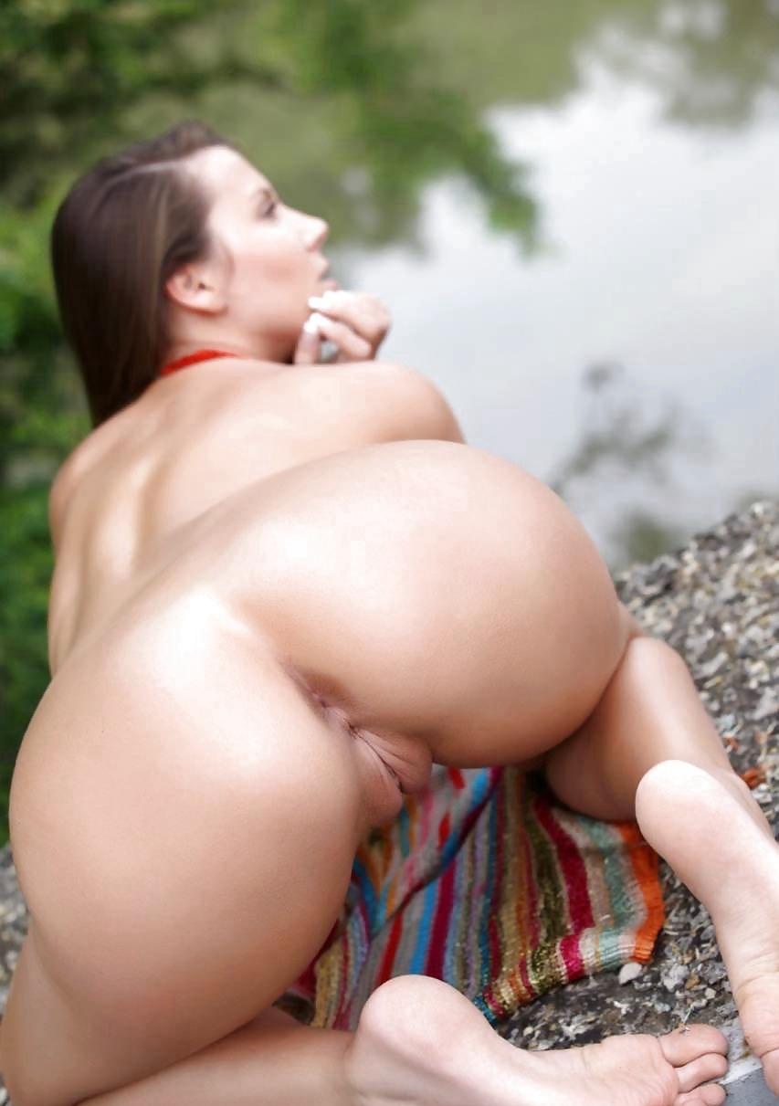 Выставила на показ гладковыбритые интимные дырочки