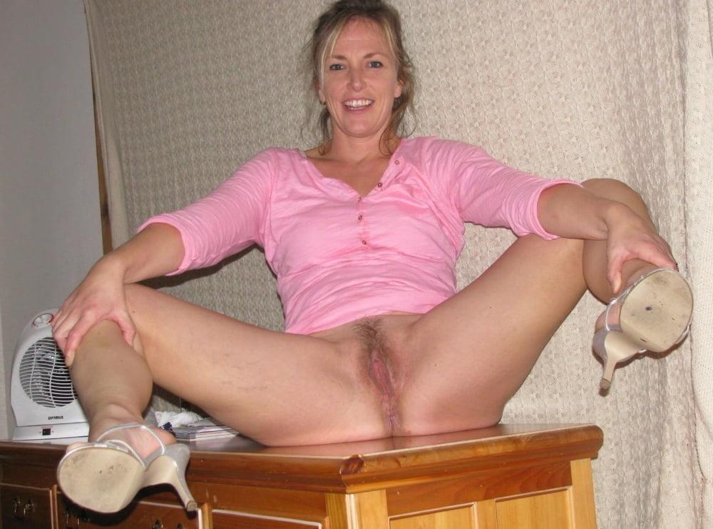 Жена на комоде раздвинула ноги без трусов
