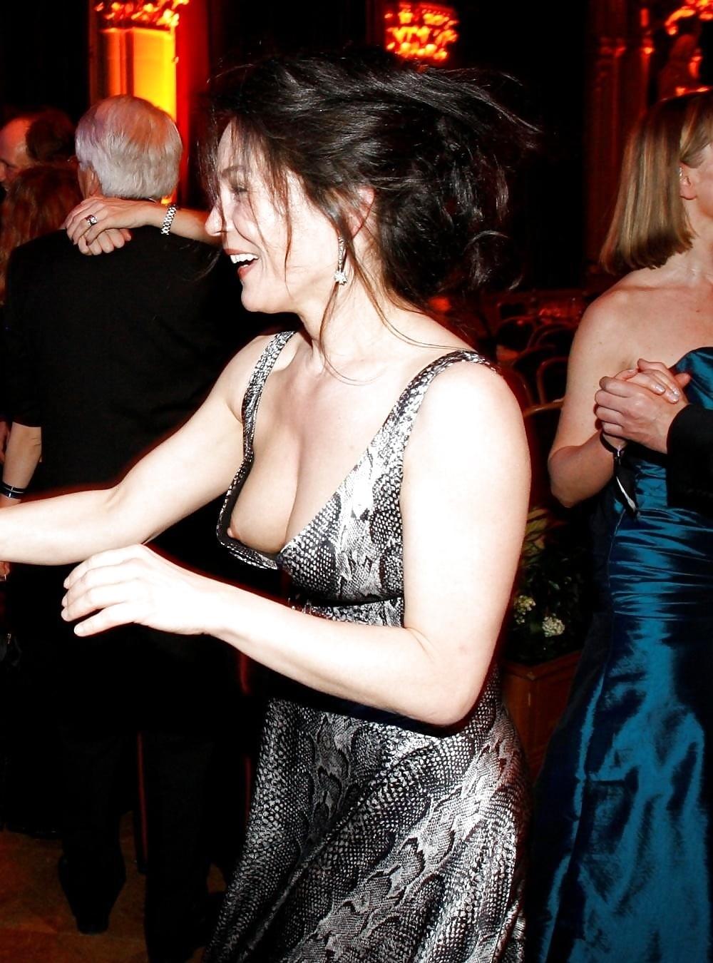 Жена танцует с другом и светит грудью через глубокое декольте