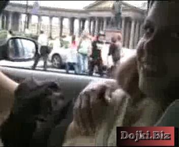 Бесстыжая в машине по городу катается и на публике себя ласкает 3gp