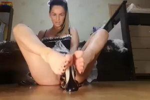Без трусиков сидит и рассказывает как она умеет дрочить ножками mp4