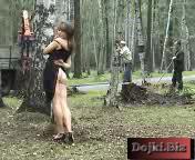Девка раздевается в лесу перед рабочими