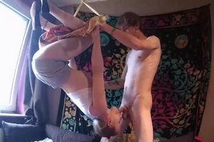 Девушка висит на палке вниз головой и делает парню минет mp4