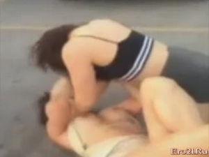 Две девушки без трусов дерутся на публике mp4 видео
