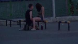 Две подруги в машине снимают трахающуюся парочку на улице mp4