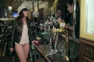 Дженни Смит в пив-баре подаёт напитки клиентам без трусов mp4