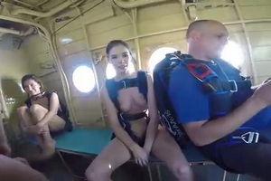Голые скай дайвингистки в самолёте перед прыжками mp4