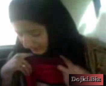 Иранка в машине показывает парню грудь и волосатую кису 3gp