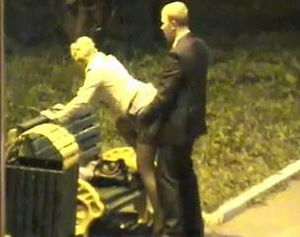 Камера наблюдения засняла парочку которые занимаются сексом на лавочке mp4