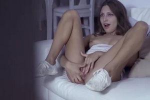 Красивая мастурбирует и в киску пихает трусы mp4