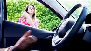 Красотка наблюдает как негр в машине дрочит mp4