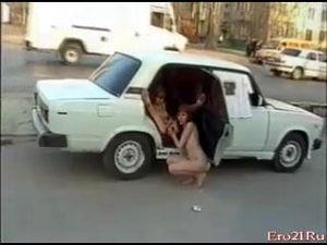 Лесбиянки посреди дороги трахаются в жигуле