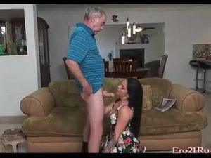 Молодая брюнетка делает минет пенсионеру