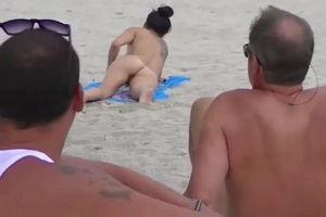 Муж тайно наблюдает как его жена голая шалит перед мужиками на пляже