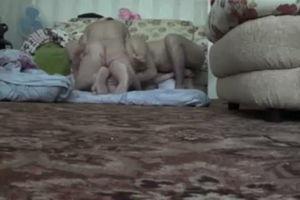 На полу жена с двумья устроила секс оргию mp4